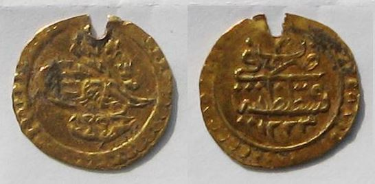 A 19th century golden Ottoman coin has been found during the excavations of Aquae Calidae - Thermopolis. Photo by Burgas Municipality