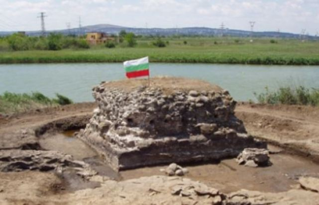 The Bulgarian flag planted on an ancient structure from the Burgos (Poros) Fortress on Cape Foros in Bulgaria's Burgas. Photo by Burgas Regional Museum of History