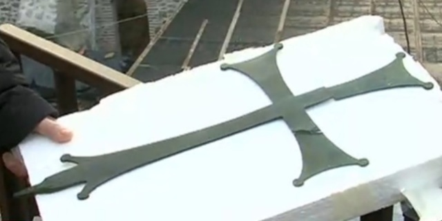 The unique early Christian bronze cross, 55 cm in length, was discovered during excavations of Bishop John's Basilica in Bulgaria's Sandanski. It is dated back to the 5th century BC. Photo grab from News7