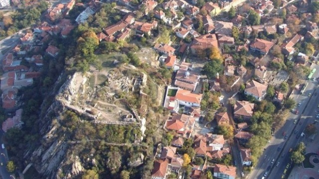 An aerial view of the prehistoric, ancient, and medieval settlement and fortress on the Nebet Tepe hill in Bulgaria's Plovdiv. Photo by Stroitelstvo Gradat