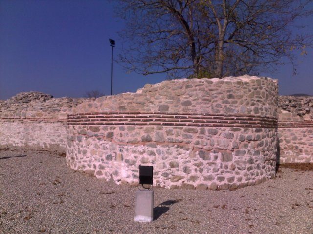A partly restored fortress tower at the Ancient Roman city of Nicopolis Ad Nestum. The thin red line in the middle shows where the originally preserved parts ends and the restored part begins. Photo by Garmen Municipality
