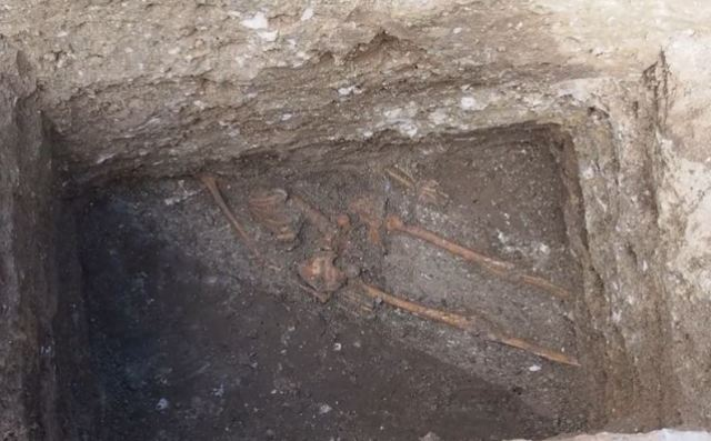 A tall man's skeleton buried in a construction ditch partly under the fortress wall of the ancient city of Odessos has been discovered in the downtown of Bulgaria's Varna. Photo: TV grab from Nova TV