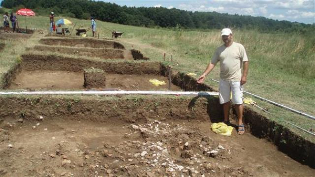 This photo shows lead archaeologist Georgi Ganetsovski during excavations at the Early Neolithic settlement in Ohoden back in 2012. Photo by Bulgarian National Radio Vidin