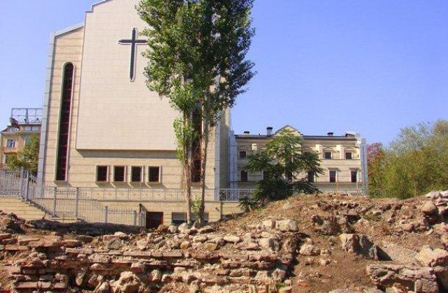 Photo of the excavations of the western gate of Ancient Serdica in downtown Sofia; the St. Joseph Catholic Cathedral is visible in the background. Photo by BGNES