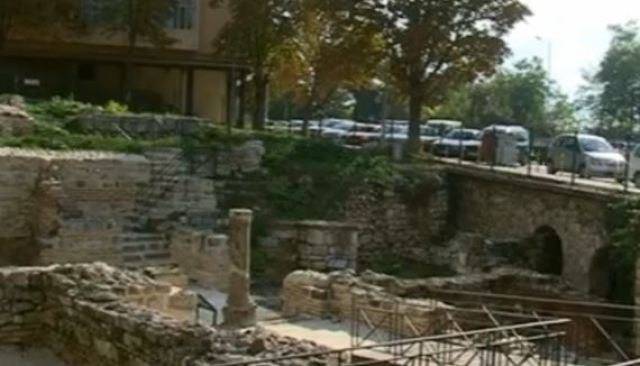 A view of part of the Small Roman Thermae located next ot a busy boulevard in Bulgaria's Varna. Photo: TV grab from BNT2