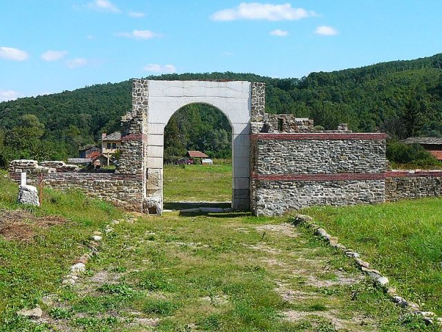 A view of one of the gates of the Sostra Fortress, a road station along the Roman road between Thrace and the Danube. Photo by Elena Chochkova, Wikipedia