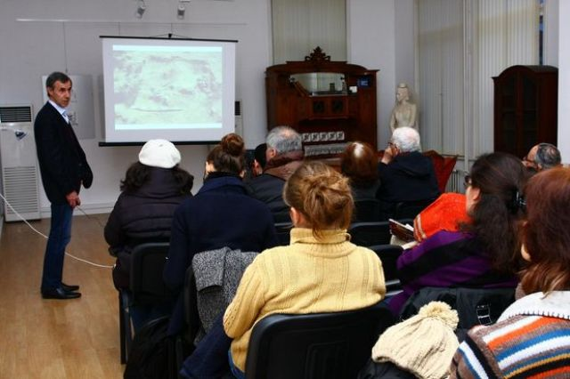 Archaeologist Stoyan Yordanov (left) during his presentation at the Ruse Regional Museum of History about the 2014 excavations at Cherven. Photo by Ruse Regional Museum of History