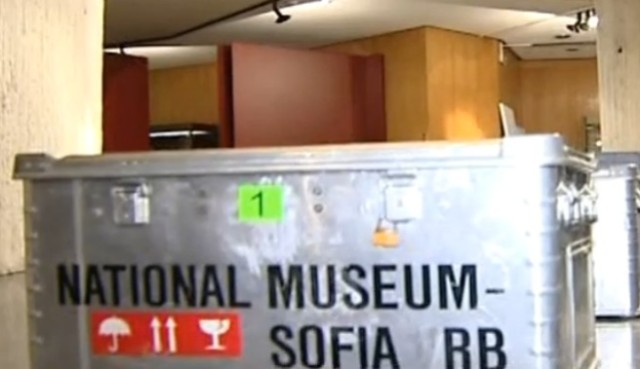 The fireproof and waterproof contains used for transporting Bulgaria's Thracian treasures to Paris. Photo: TV grab form Nova TV