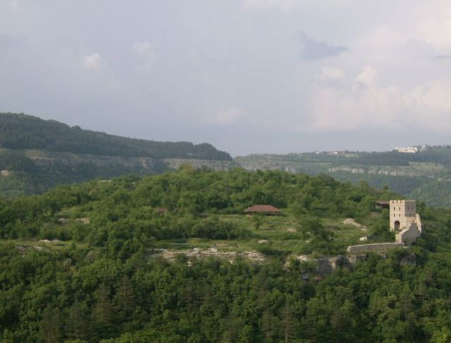 A view of the Trapesitsa Hill, one of the two major fortified areas of medieval Tarnovgrad (today's Veliko Tarnovo), the capital of the Second Bulgarian Empire. Photo by Izvora, Wikipedia