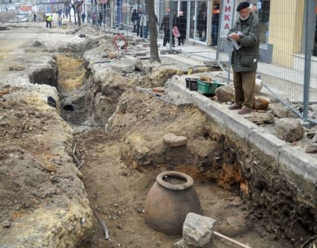A partially compromised earthen jar and an ancient millstone found in downtown Varna. Photo by Darik Varna