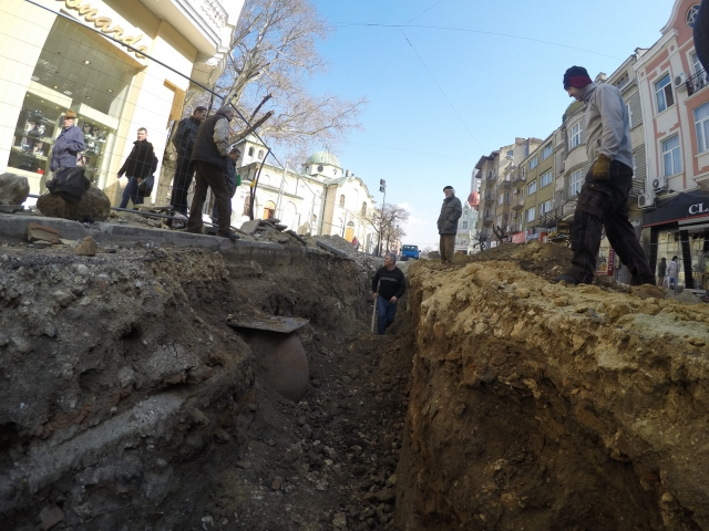 The rescue digs in downtown Varna are being carried out along the so called Varna Largo. The St. Nikolay Church is visible in the background. Photo by Cherno More news agency