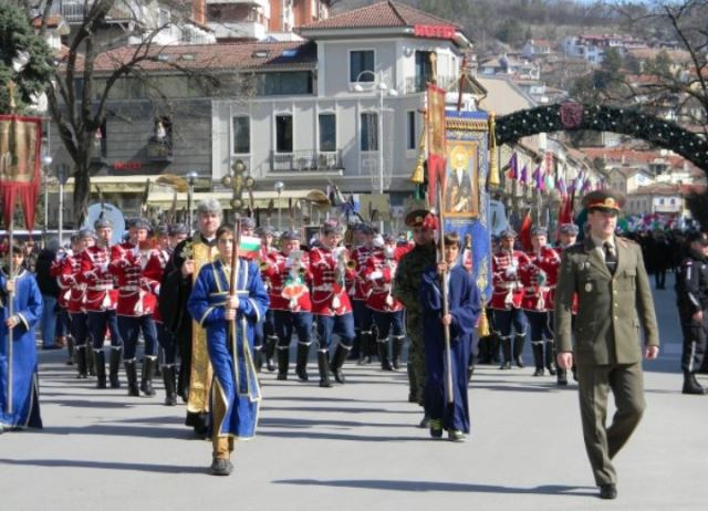 A military-civilian-religious procession in the central Bulgarian city of Veliko Tarnovo (capital of the Second Bulgarian Empire in 1185-1396 AD) was part of the celebrations of the 785th year since the victory of Tsar Ivan Asen II in the Battle of Klokotnitsa. Photo by Darik Veliko Tarnovo