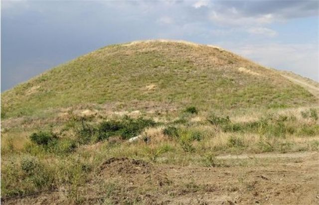 A 2013 image of the Ancient Thracian burial mound (tumulus) known as Pamuk Mogila near the town of Brestovitsa in Southern Bulgaria. A similar Thracian mound is now to be excavated in Tatarevo near Plovdiv. Photo: PlovdivLive