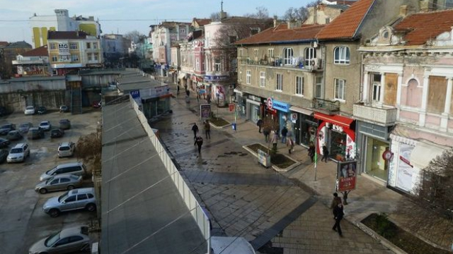 Another view of part of the Varna Hole (the parking lot on the left) with the Varna Largo (the pedestrian zone on the right). The Hole is not directly visible from the Largo because there are pavillions lined along it. The pavillions have been mentioned as a source of corruption because of the murky ways in which they are rented. Photo: Cherno More Information Agency