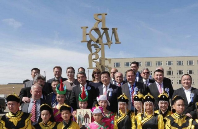 Bulgarian President Rosen Plevneliev, archaeologist Prof. Nikolay Ovcharov, together with other Bulgarian and Mongolian officials and Mongolian schoolchildren at the opening of the Monument of Cyrillic Alphabet in Mongolia's capital Ulan Bator. Photo: Bulgarian Presidency
