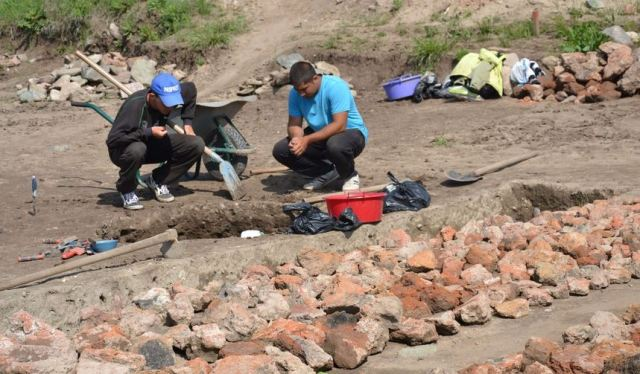 What started as rescue excavations along the route of the Struma Highway in Southwest Bulgaria has continued for more than a year after the archaeologists found the Early Neolithic settlement at Mursalevo in April-May 2014; they keep unearthing exciting finds. Photo: Radio Blagoevgrad