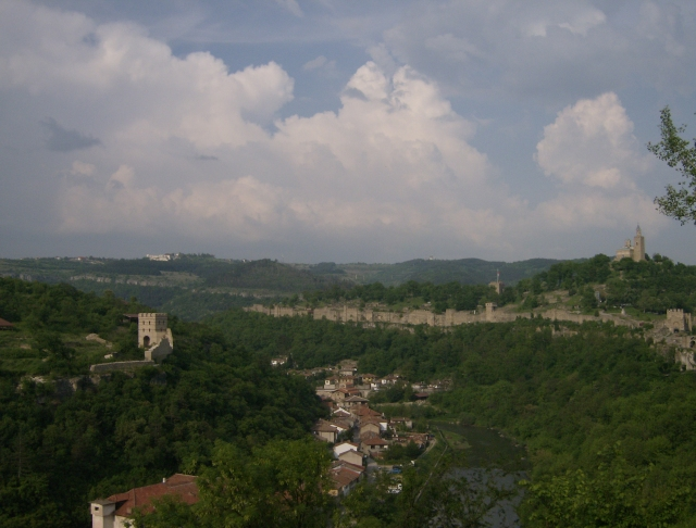 The two major fortified hills of Tarnovgrad (today's Veliko Tarnovo), capital of the Second Bulgarian Empire in 1185-1396 AD - Trapesitsa (left) and Tsarevets (right) with the Yantra River flowing inbetween. Photo: Izvora, Wikipedia