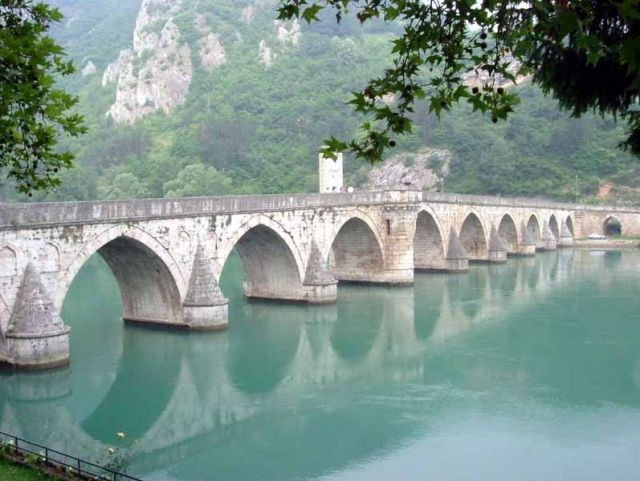 The Mehmet Pasa Sokolovic Bridge in Visegrad, Bosnia and Herzegovina, was also built by Ottoman architect Mimar Sinan but 48 years later. Photo: Klackalica, Wikipedia